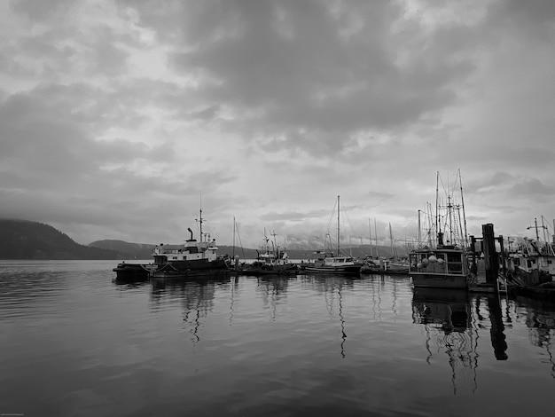 カナダのバンクーバー島の釣りマリーナの白黒写真