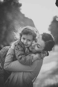 Черно-белое фото девушки, обнимающей маму