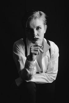 タバコを吸う女の子の黒と白の写真