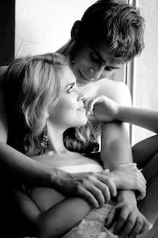 Черно-белое фото молодой пары
