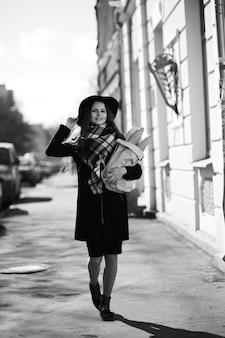 산책하는 어린 소녀의 흑백 사진