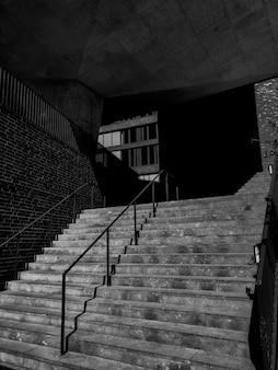 階段のある建物の黒と白の写真