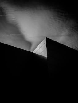 Черно-белое фото здания