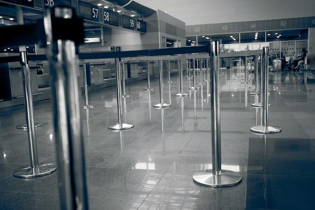 공항 체크인 라인의 흑백 사진