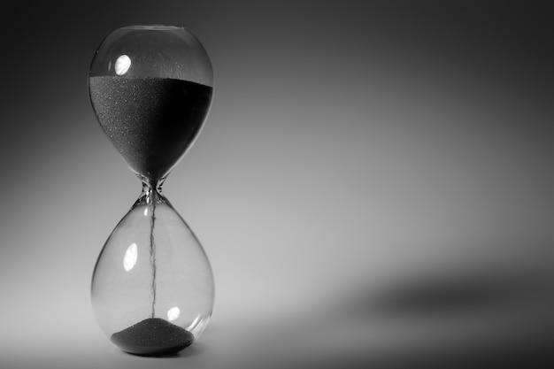 Черно-белое фото песочных часов крупным планом