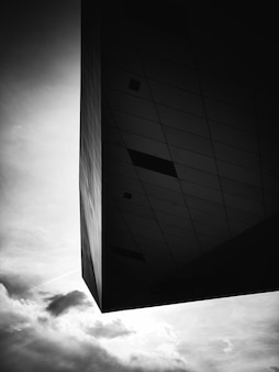 Черно-белое фото современного здания