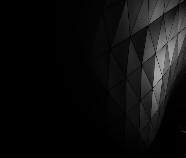 여러 삼각형이있는 표면의 흑백 사진