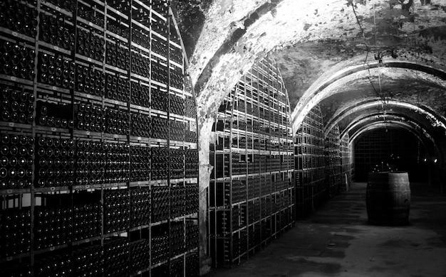 Черно-белая фотография винного погреба