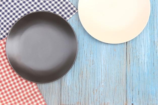 나무 테이블 배경에 식탁보에 흑백 접시