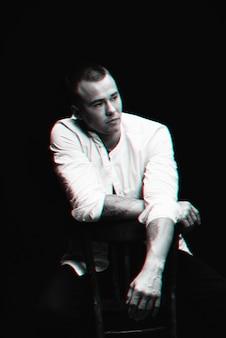 Черно-белый портрет грустного человека с эффектом глюка виртуальной реальности