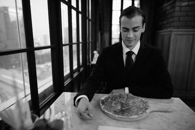 レストランに座っているビジネスマンの黒と白の肖像画