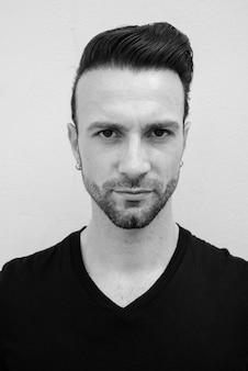 Черно-белый портрет красивого итальянца