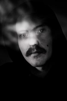 口ひげを持つ男の黒と白の肖像画