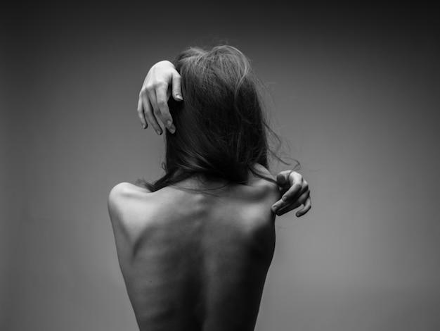 벌 거 벗은 뒤를 가진 여자의 흑백 초상화 자른보기 및 클로즈업.