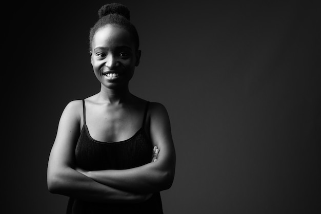 笑顔の若い美しいアフリカの女性の黒と白の肖像画