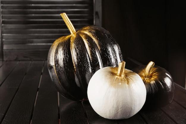 Черно-белые тыквы. украшение дома на хэллоуин в современном стиле. по горизонтали.