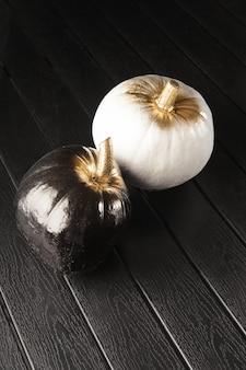 Черно-белые тыквы. украшение дома на хэллоуин в современном стиле. вертикальный.