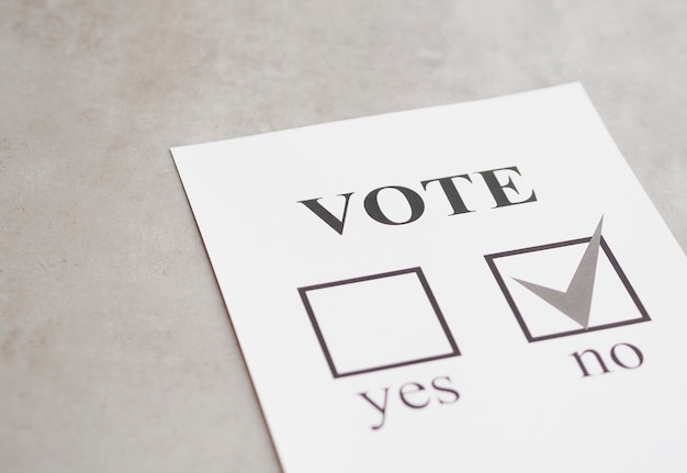 黒と白の国民投票の否定的な選択