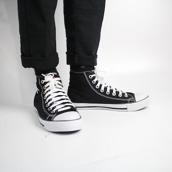 Черно-белые туфли на белом фоне