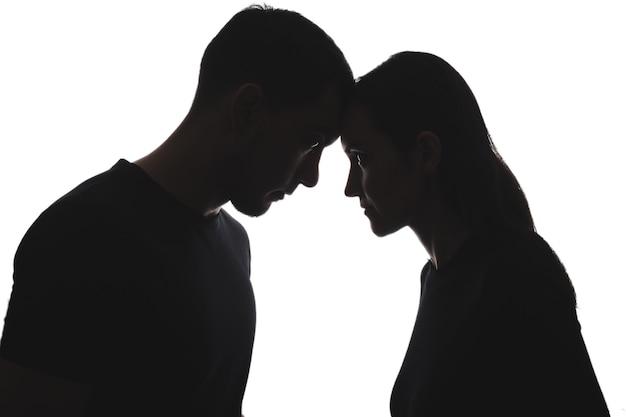 Черно-белые силуэты мужчины и женщины