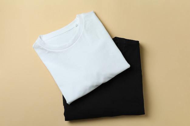 ベージュの表面に黒と白のスウェットシャツ
