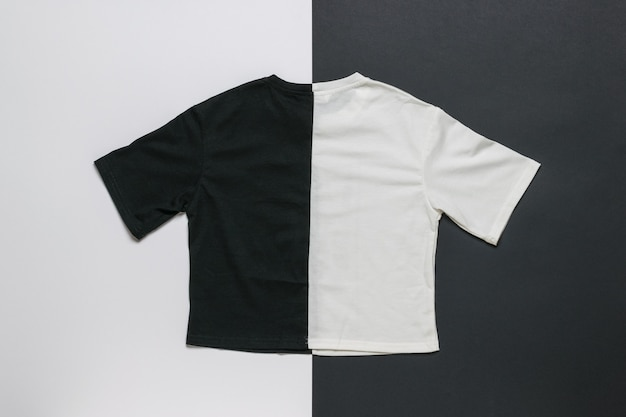 Черно-белая футболка на черно-белой поверхности
