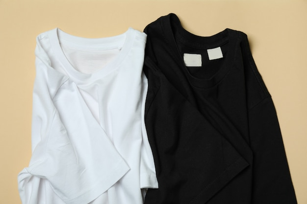 ベージュの表面に黒と白のtシャツ