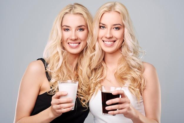 스튜디오에서 흑인과 백인 쌍둥이