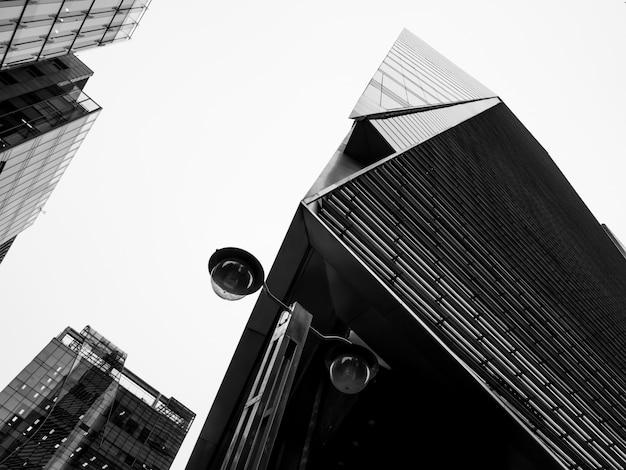 韓国の高層ビルの黒と白のビュー