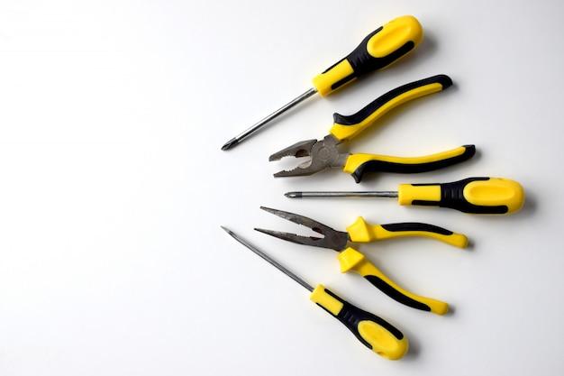 建設労働者、大工のために修復、修正、改善、変更する作業ツールの黒と黄色のセット