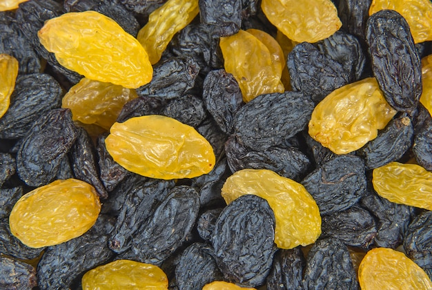 건포도의 검은색과 노란색 건조 열매를 닫습니다.