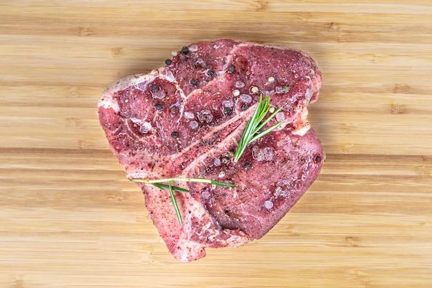 Черный ангус т кость стейк изолированное сырое мясо тбоне
