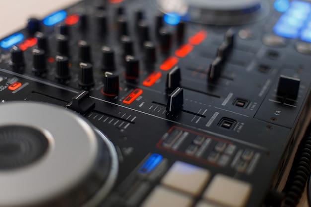 黒のオーディオコントローラー。 djミキシングコンソール