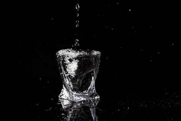 검정색 배경은 물방울이 떨어지는 유리입니다. 유리에 튀는 물