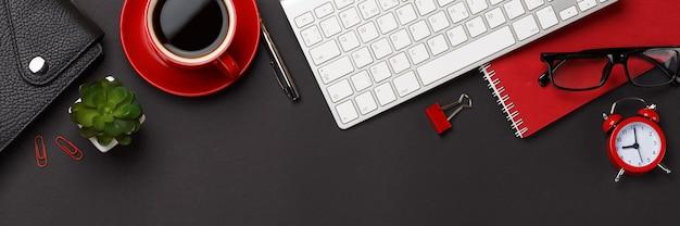 Черный фон красная чашка кофе блокнот будильник цветок дневник баллы клавиатура пустое место рабочий стол