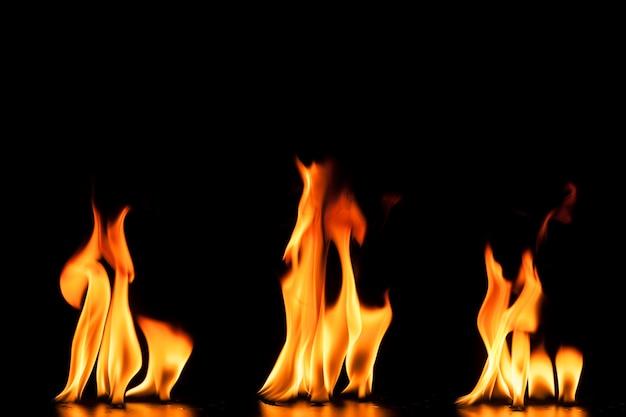 3つの炎のある黒い背景