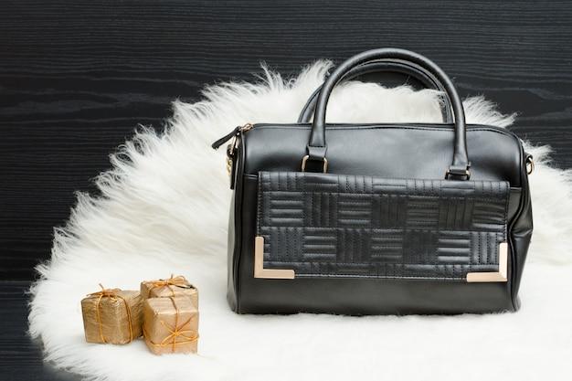백색 모피에 검은 가방과 선물 상자