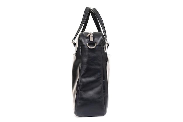 Черная мужская сумка из натуральной кожи крупным планом
