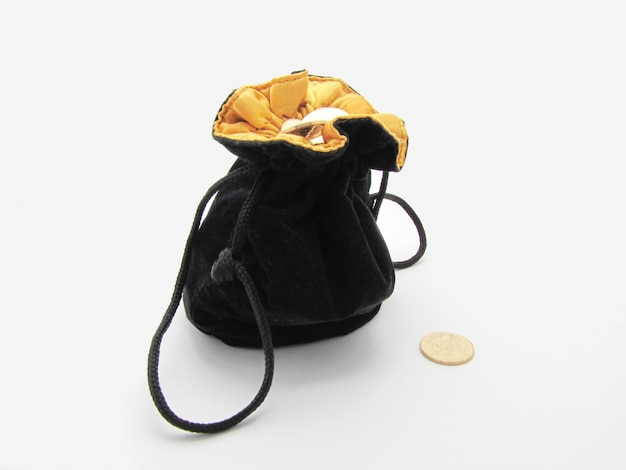 Черная сумка с монетами изолирована на белом фоне