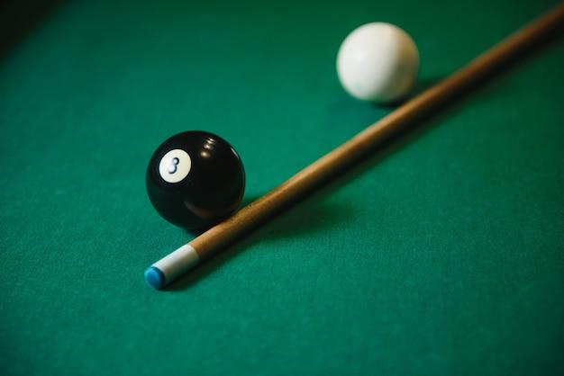 Черный мяч выстрелил в снукер.