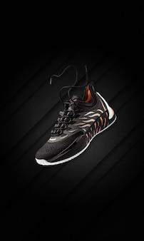 トレンディな黒のグランジ背景の黒のバスケットボールスニーカー。