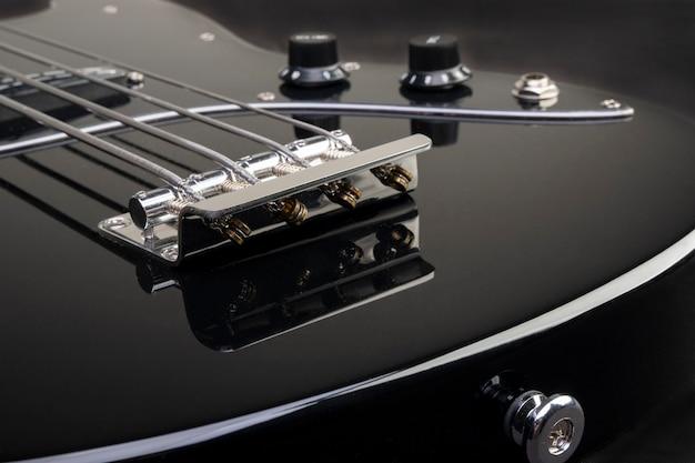 검은 바탕에 검은 베이스 기타입니다.
