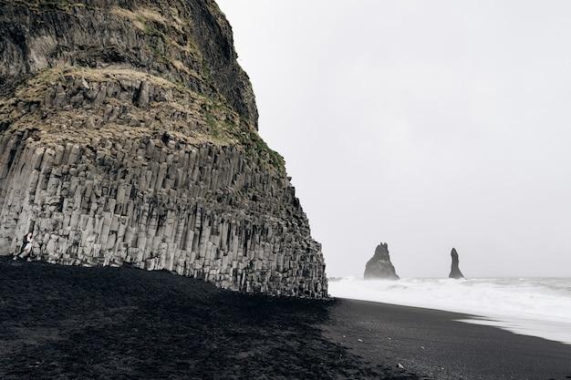 해안에 대서양 현무암 기둥의 아이슬란드 파도에 검은 해변 vik
