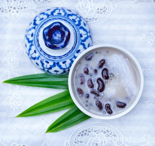 코코넛 밀크에 검은 콩, 그릇에 태국 디저트.