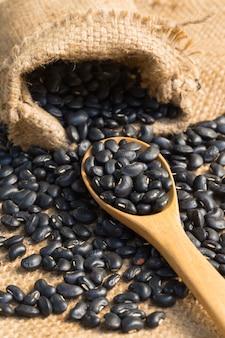 黒い豆と木製スプーン
