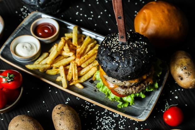 フライドポテトと黒ビーフハンバーガー