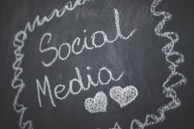 書かれた「ソーシャルメディア」とブラック黒板