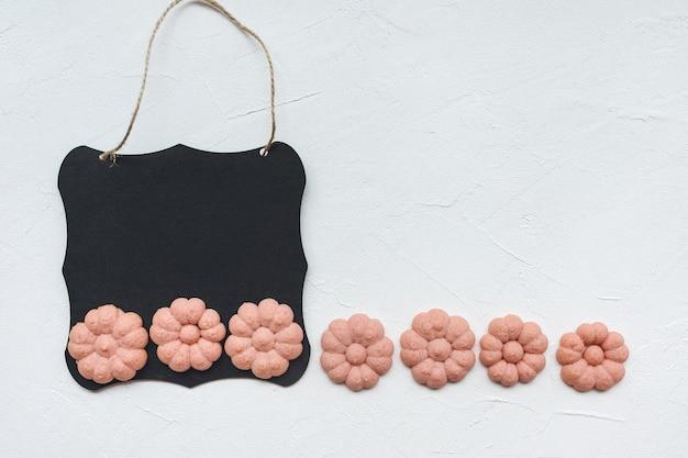 Черная доска и цветочное печенье