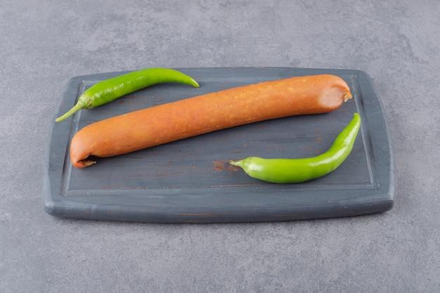 Un bordo nero di salsicce bollite con peperoncino