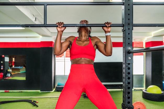 바벨 등 운동을 하 고 스포츠 체육관에서 흑인 보디 선수. 체육관에서 몸을 강화하는 개념